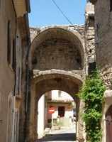 Porte médiévale à Cucuron
