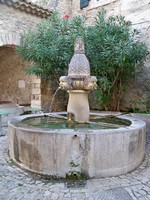 Fontaine des Mascarons à Séguret