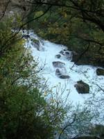 L'eau déverse du goufre à Fontaine-de-Vaucluse
