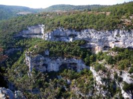 Abris sous roche dans les gorges de la Nesque
